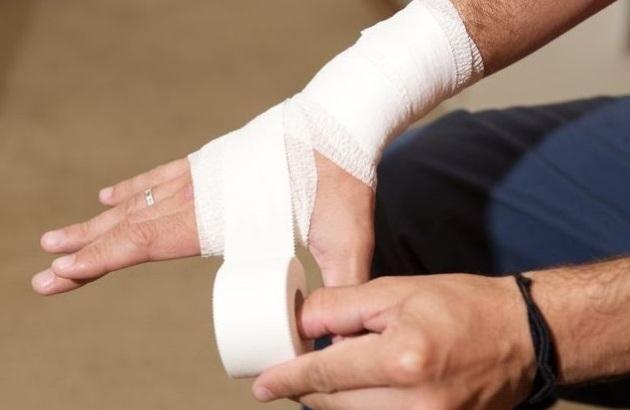 Помощь при растяжении пальца руки