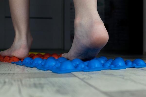 Плоскостопие - это заболевание, которое можно лечить при помощи массажа
